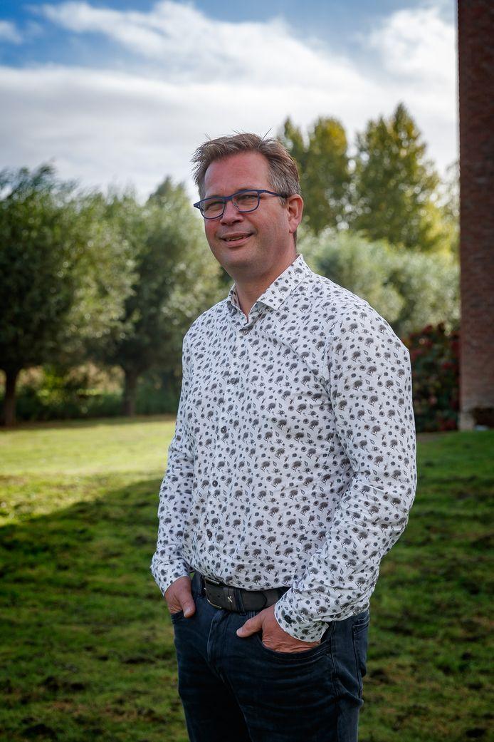 Jan Karel Fikke bij zijn hotel Port of Moerdijk.