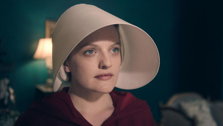Als Offred in The Handmaid's Tale. Beeld