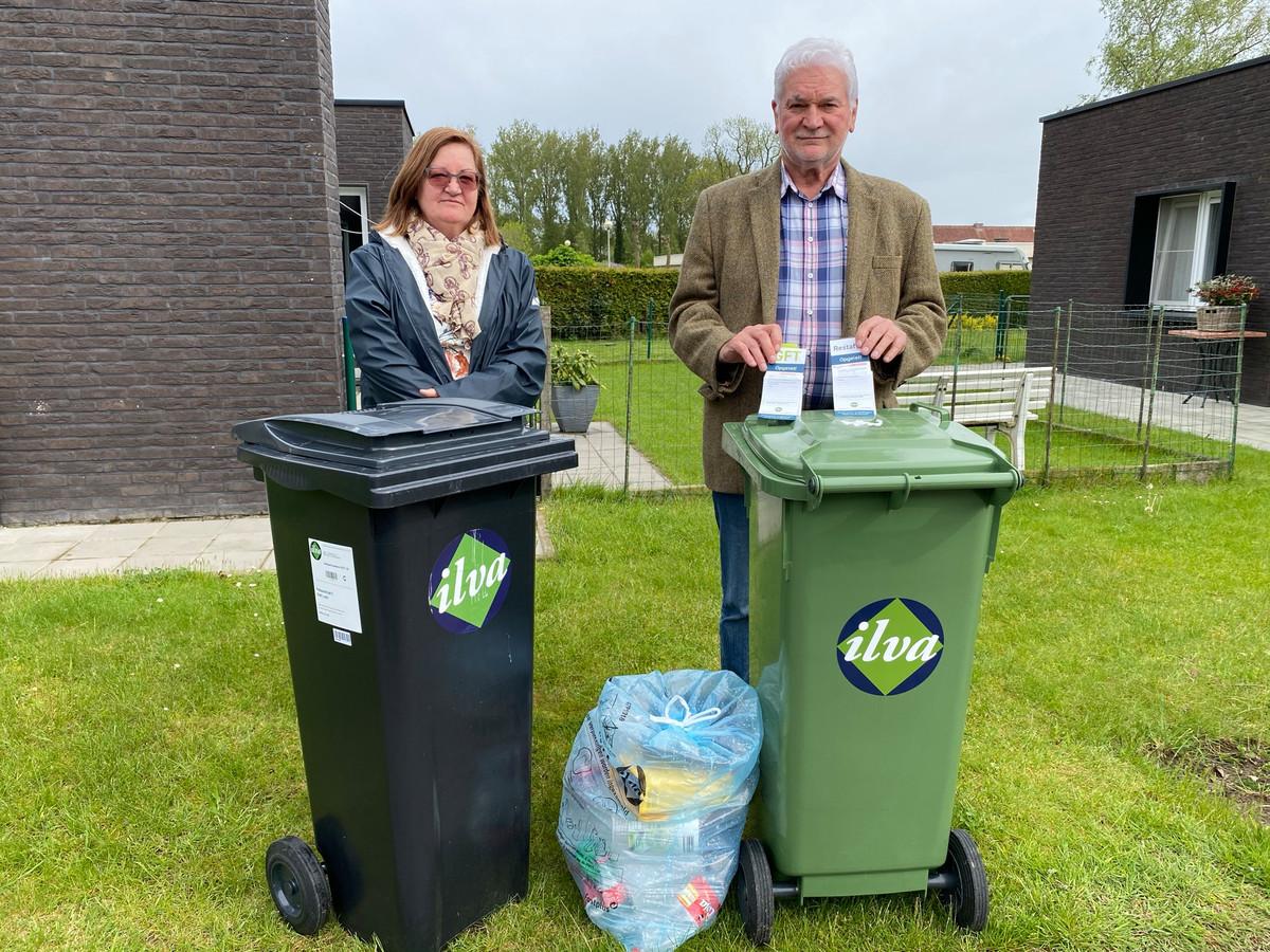 Dochter Mieke Van De Walle en schoonzoon Roland Broeckaert waren dagen in de weer om de door ILvA 'geblokkeerde' afvalcontainers na de verhuis van hun moeder naar het rustoord terug 'actief voor lediging' te krijgen.