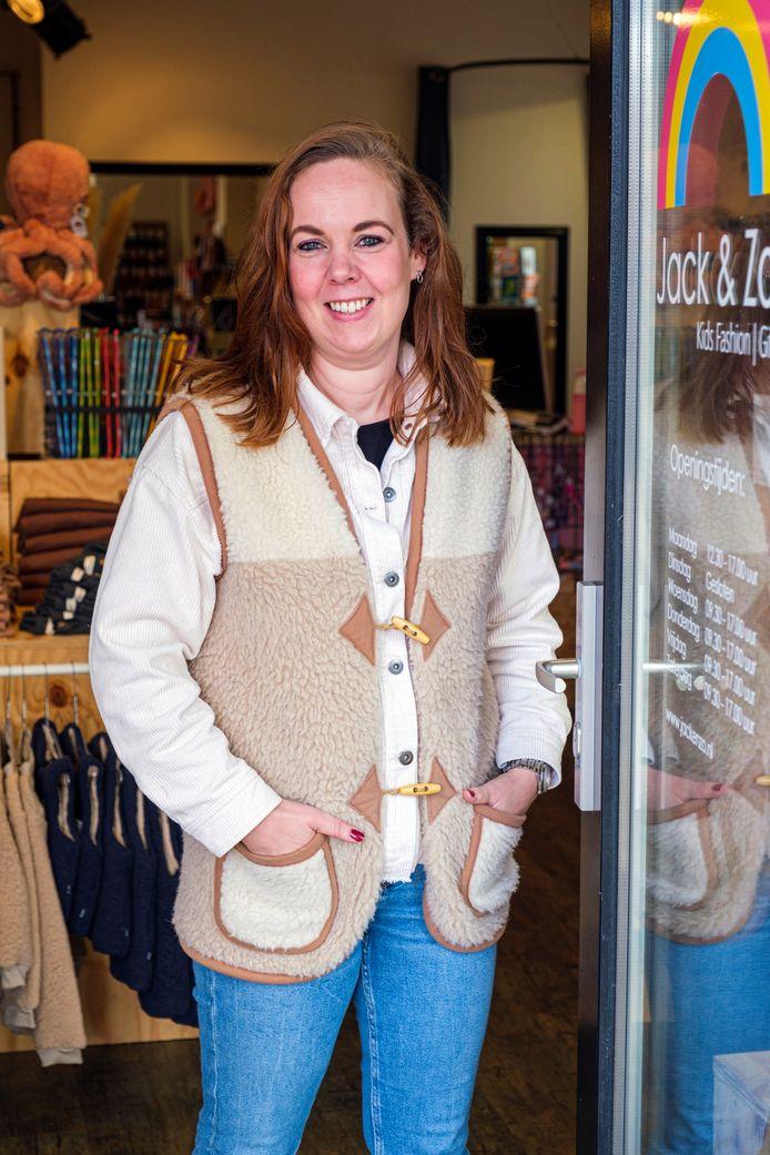 Samira Vernig bij haar kinderkledingwinkel.