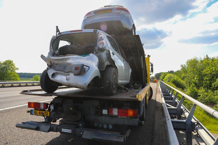 Bij een aanrijding op de A1 is een automobiliste gewond geraakt. Twee auto's moesten worden weggesleept door een berger.