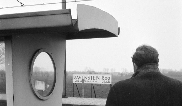 Reclamebord op het station van Ravenstein stond een vrije uitkijk over het landschap wel in de weg maar niet hinderlijk, dus was het toegestaan (1980).