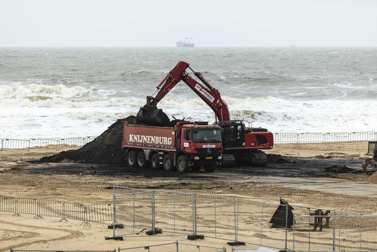De restanten van het 'vreugdevuur' op het strand van Scheveningen, op 2 januari. De vuurstapel was ruim veertig meter hoog. Beeld Nederlandse Freelancers