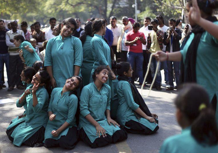 Studenten geven een voorstelling op straat in New Delhi ter gelegenheid van Internationale Vrouwendag, India. Beeld null