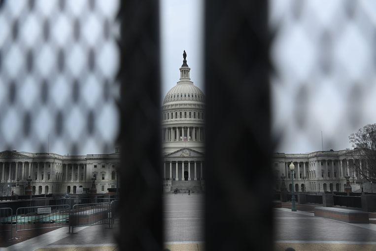 Het Capitool, de zetel van het Congres, bezien vanachter een veiligheidshek. Beeld AFP