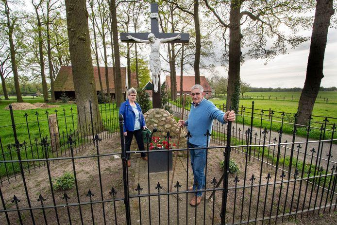 Landkruis Mekkelhorst bestaat 90 jaar. Gerard en Annette Blokhuis doen samen met hun noabers het onderhoud.