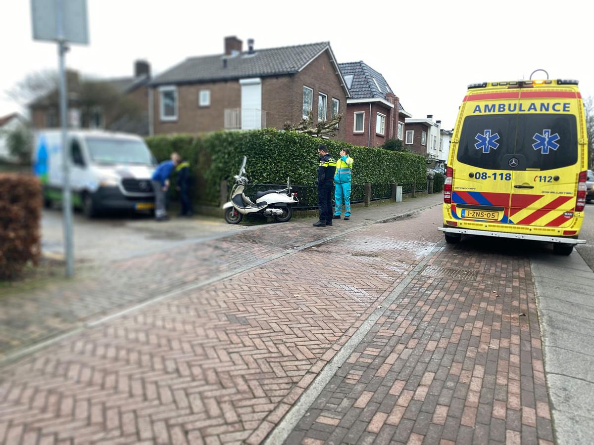 Politie bekijkt de schade aan de bestelbus.