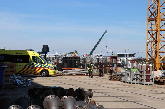Bij een bedrijfsongeval in een schip in Werkendam is een man om het leven gekomen.