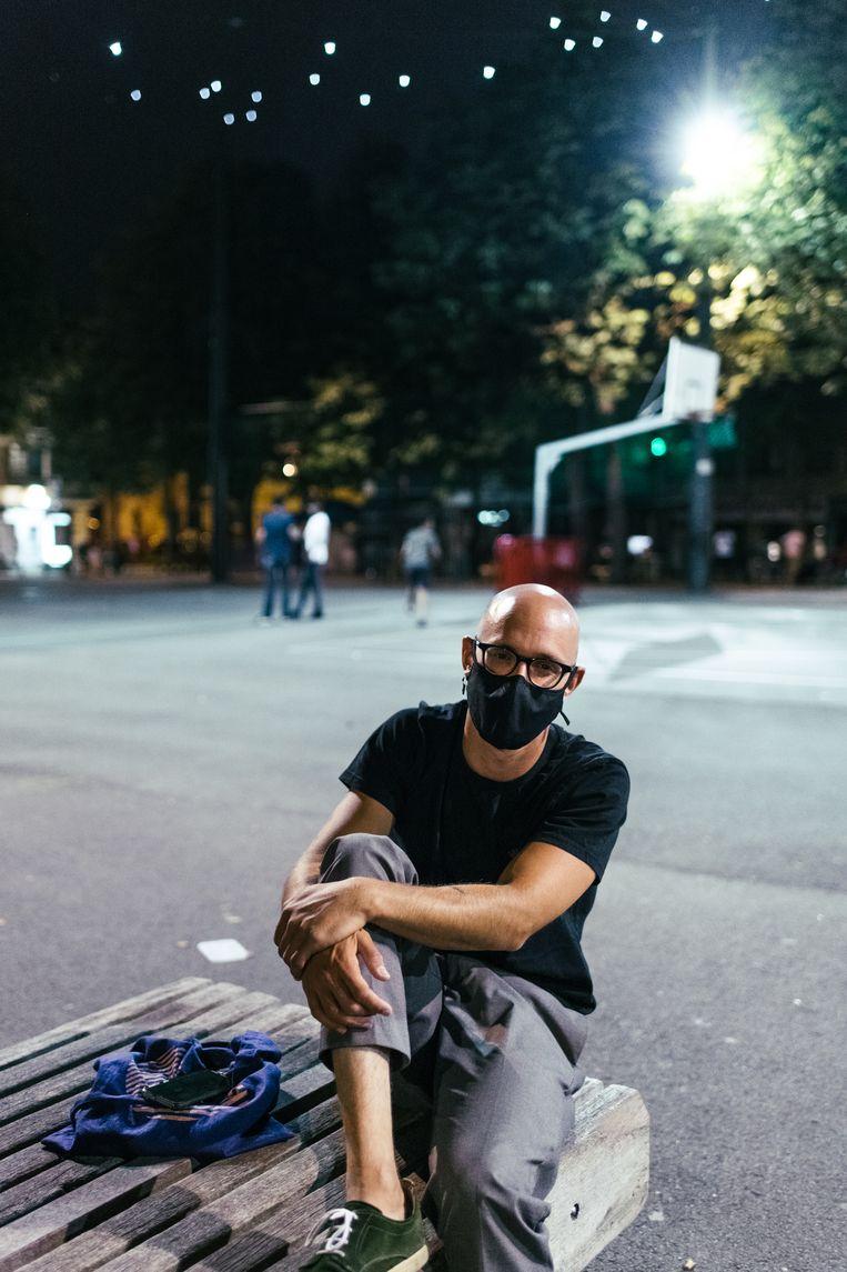 Jesse De Reu (31) draagt als een van de weinigen op het drukke plein een mondmasker. Beeld Tine Schoemaker