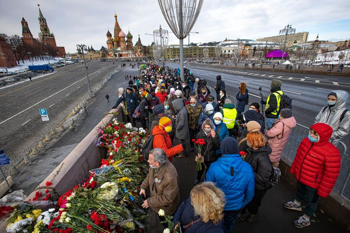 Mensen komen samen en leggen bloemen in de buurt van de plek waar de Russische oppositieleider Boris Nemtsov werd neergeschoten.