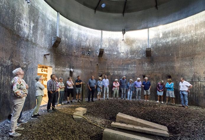 Rioolwaterzuivering Kronenkamp is omgebouwd tot educatief park. Bezoekers nemen kijkje in de voormalige gastank waar Henk Bolster een uitleg geeft hoe deze tot 360-graden filmzaal omgebouwd zal worden.