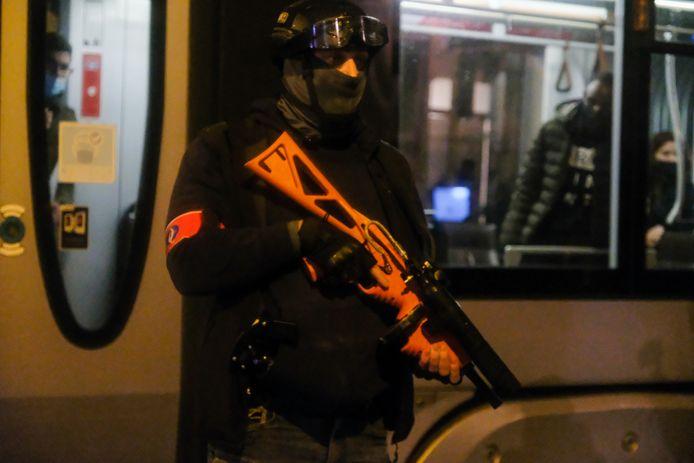 Verschillende twitteraars vermoeden dat het om de FN 303 gaat, maar dat kunnen wapenexperts op basis van de videobeelden niet bevestigen.