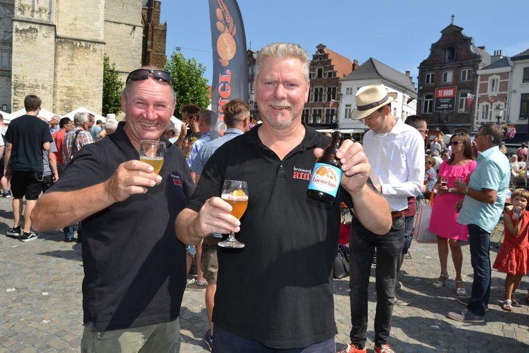 Henk Fijneman en een collega met zijn bier.