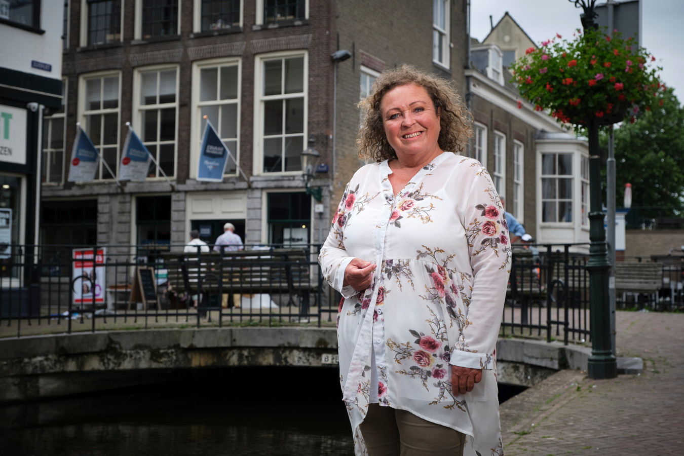 Citymarketeer Annique Camphens, met op de achtergrond het pand van Ervaar Maassluis in de Nieuwstraat.