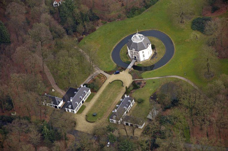 Prinses Beatrix gaat per direct wonen op kasteel Drakensteyn in Lage Vuursche. Ze heeft zich vandaag officieel bij de gemeente Baarn laten inschrijven, waaronder Lage Vuursche valt. <br /><br />Eerder werd al bekend dat voormalig koningin Beatrix dit jaar naar het kasteel zou verhuizen. Ze woonde tot nu toe op Paleis Huis ten Bosch in Den Haag.<br /><br />Beatrix kocht het kasteel in 1959. Na een grondige verbouwing woonde zij daar vanaf 1963. In 1981 verhuisde zij met Prins Claus en haar drie zoons naar Den Haag. Het kasteel is privébezit van Beatrix. Beeld ANP