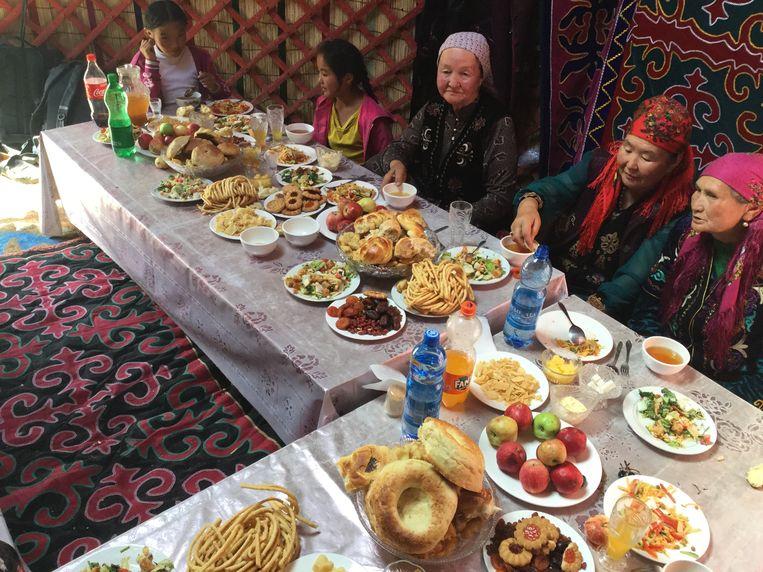 Ontvangst bij een Kirgizische familie in hun Yurt. Beeld