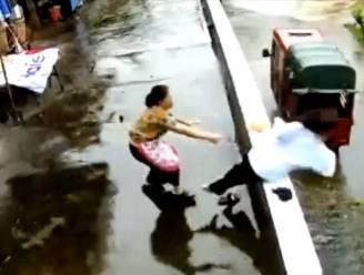 Meisje (12) wordt opeens onwel. Vrouw redt haar nipt van metershoge val