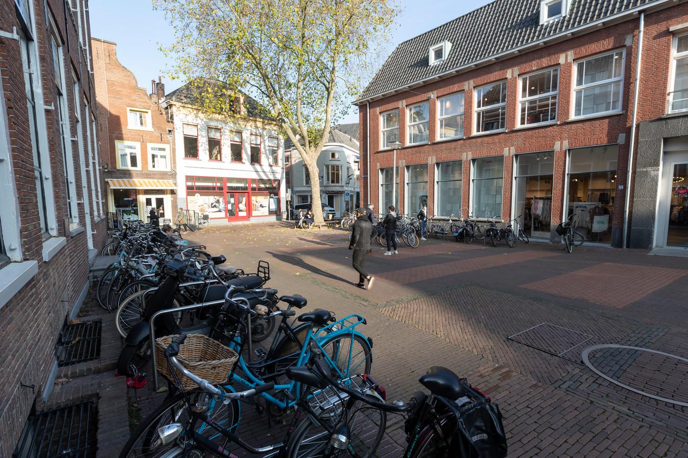 De Schupstoel is - met fietsen voor de etalages en lege panden - nog alles behalve het fraaie historische plein dat het weer moet worden.