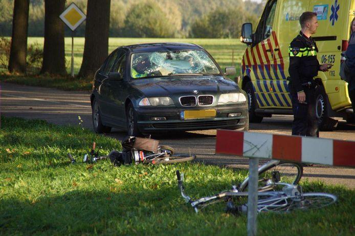 Een fietser is woensdagmiddag in botsing gekomen met een auto in Rekken. De fietser raakte daarbij zwaargewond.