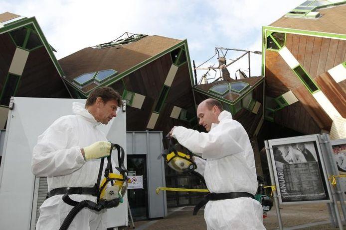 Abel Blom (links) wordt tegen asbest beschermd voordat hij afgelopen vrijdag de creatie van zijn vader betreedt. foto Ton van de Meulenhof