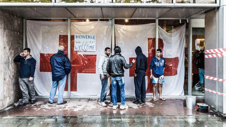 Vluchtelingen bij de WTC-toren en in het Brusselse Maximiliaanpark (o). Dokters van de Wereld stelde er gevallen van schurft vast, en meer en meer luchtweginfecties. Beeld © Bob Van Mol