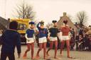 Optocht Boekenweek 1981 met stripfiguren en de bestelwagen van de CPNB met de gekozen boeken.
