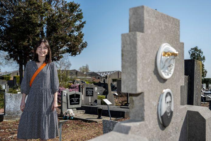 """Maren Casier op het oudste deel van het kerkhof van Sint-Gillis: """"Het mooiste"""", vindt ze."""