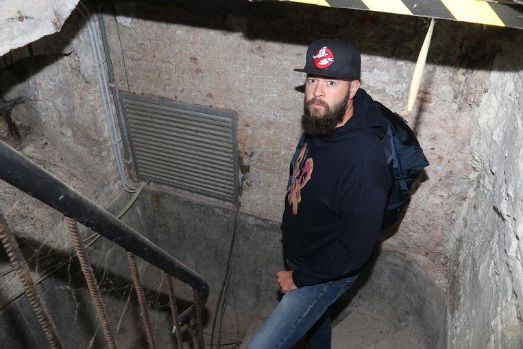 Christophe Lefebvre- alias Mister C- aan de ingang van de bunker onder het stadhuis in Menen.