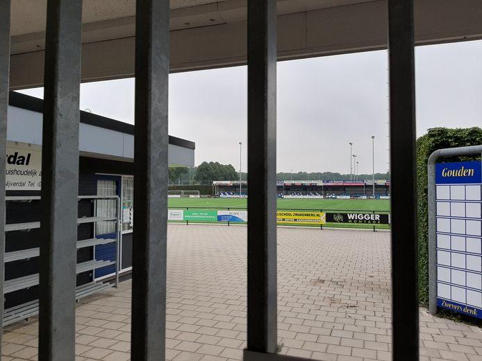 Het hoofdveld van voetbalclub De Zweef op sportpark Gagelman is tijdens de zomervakantie helemaal afgesloten.