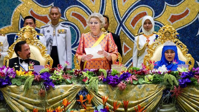 Links de sultan van Brunei, midden koningin Beatrix, rechts de vrouw van de sultan