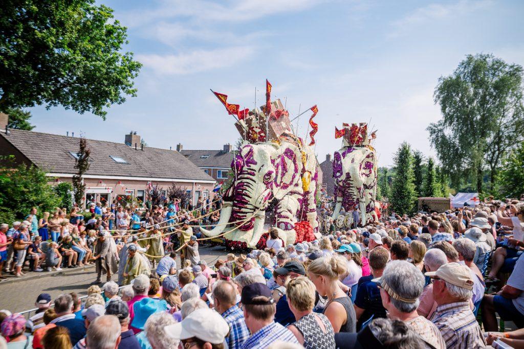 Kleurrijke praalwagens en dorpen die volstromen met (tien)duizenden mensen is normaal het beeld van de corso's, zoals hier in 2016 in Sint Jansklooster.