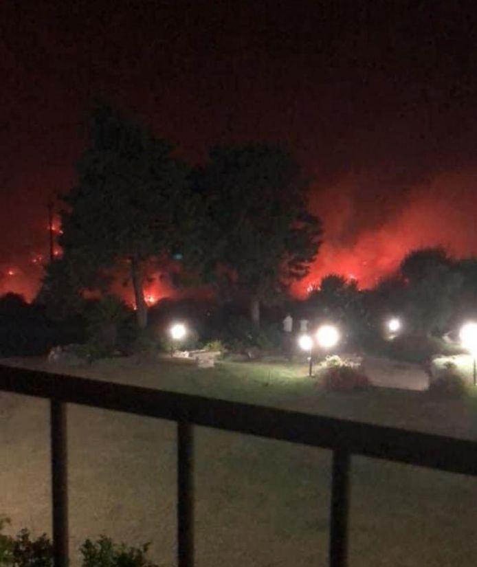 Deze foto nam Jan vanuit zijn hotelkamer. Het vuur nadert de rand van de tuin van het hotel