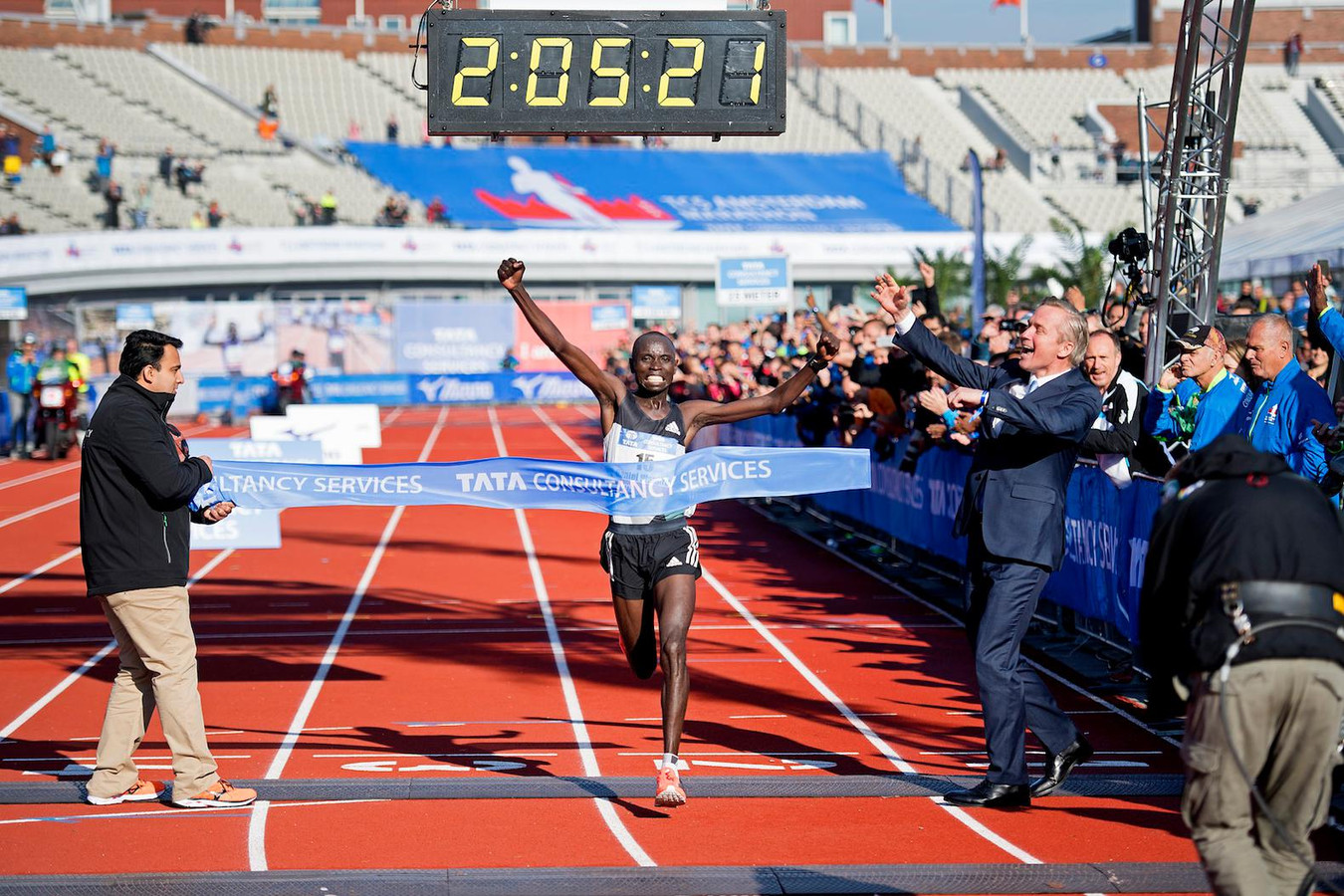Daniel Wanjiru wint in 2016 in Amsterdam.