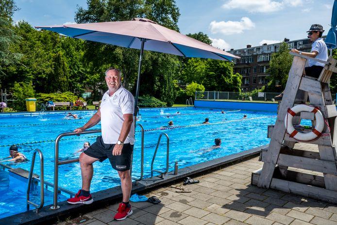 Badmeester Leo Hendriks (57) heeft iedere dag weer een volle bak in het Van Maanenbad in Rotterdam.