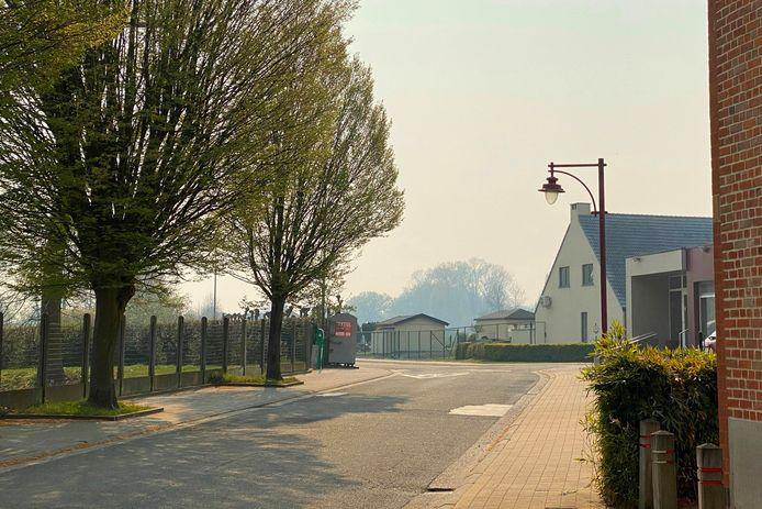 Onder andere aan de Sint-Annazaal in Bambrugge is in de verte de rook te zien.