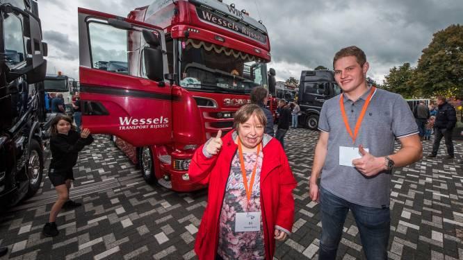 Maureen geniet hoog in de truck tijdens Truck Run Hof van Twente: 'Dit is heel leuk'