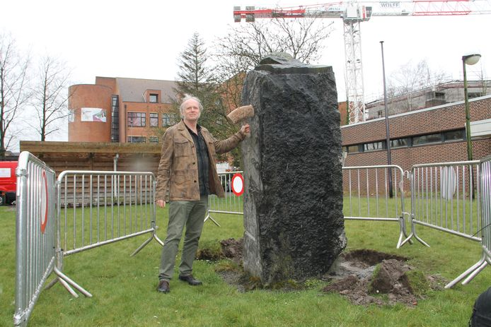 Piet Duthoit bij de blauwe hardsteen waar hij een coronakunstwerk van zal maken.