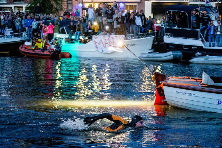 Maarten van der Weijden tijdens de eerste nacht bij zijn tweede poging de Elfstedentocht te zwemmen. Beeld ANP