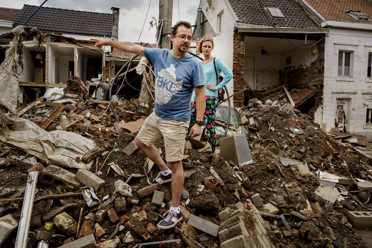 Paul Brasseur en Madeline Halleux midden in het puin van hun vernielde huis in de Rue Pont Walrand.  Beeld Eric de Mildt