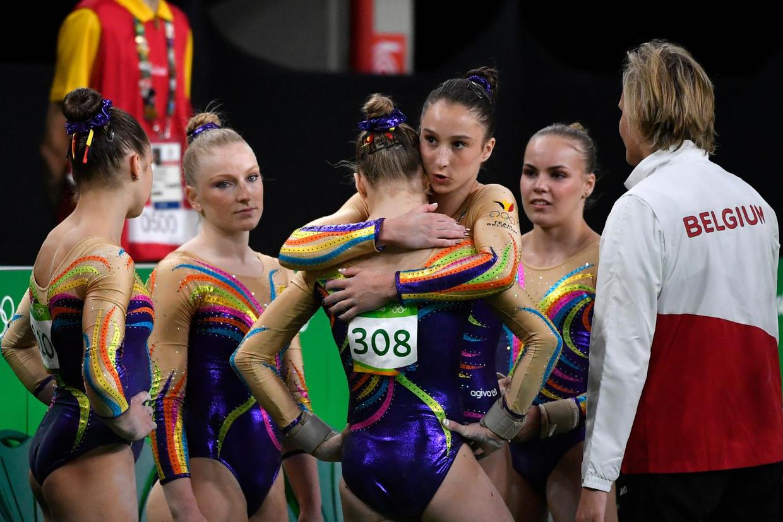 Nina Derwael troost Rune Hermans op de Spelen van Rio in 2016. Ook Laura Waem (links), Gaelle Mys (tweede van links), Senna Deriks en coach Marjorie Heuls zijn aanwezig. Beeld Belga