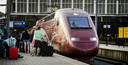 Een dag na de aanslag stappen passagiers in de Thalys richting Parijs.