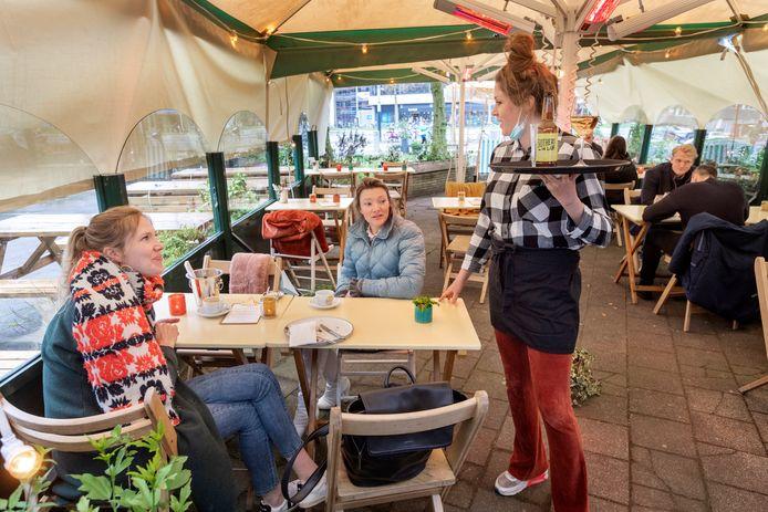 Met zeiltjes en heaters proberen ze er op het terras van de Amsterdamse Bar Bouche toch nog wat van te maken.