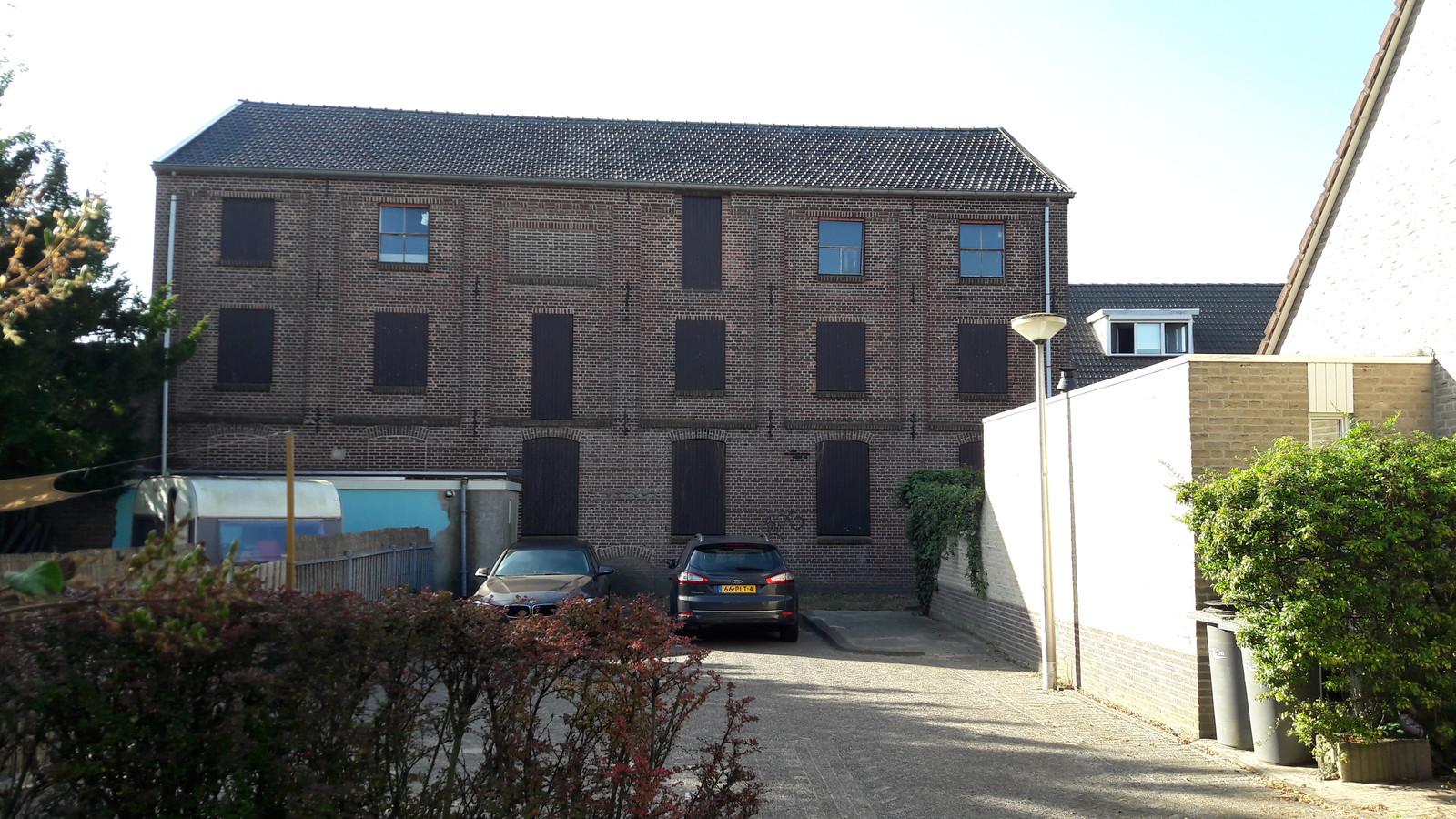 De voormalige leerfabriek is alleen vanaf de Seringenhof nog goed te zien.