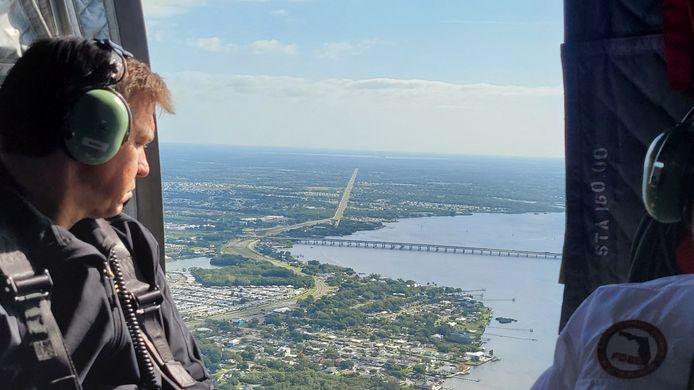 Gouverneur Ron DeSantis komt zelf per helikopter een kijkje nemen.
