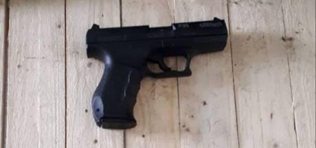 Zutphenaar (39) met nauwelijks van echt te onderscheiden nepwapen aangehouden