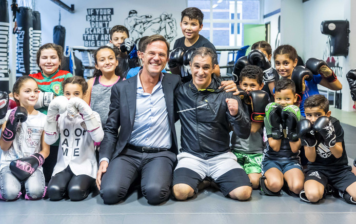 Minister-president Mark Rutte bezocht de thaiboksschool van Khalid Chennouf, die zijn leven wijdt aan het ondersteunen van kinderen uit het Oude Westen.