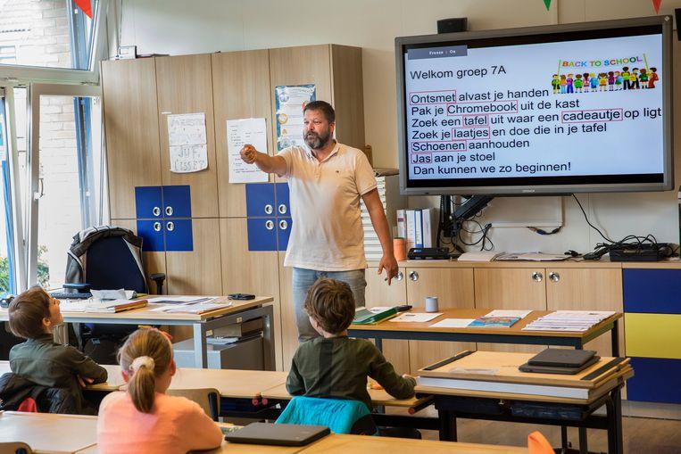 Na bijna twee maanden is de Willibrordusschool in Oud-Beijerland vandaag weer open nadat de school dicht moest door de coronamaatregelen.  Beeld Arie Kievit