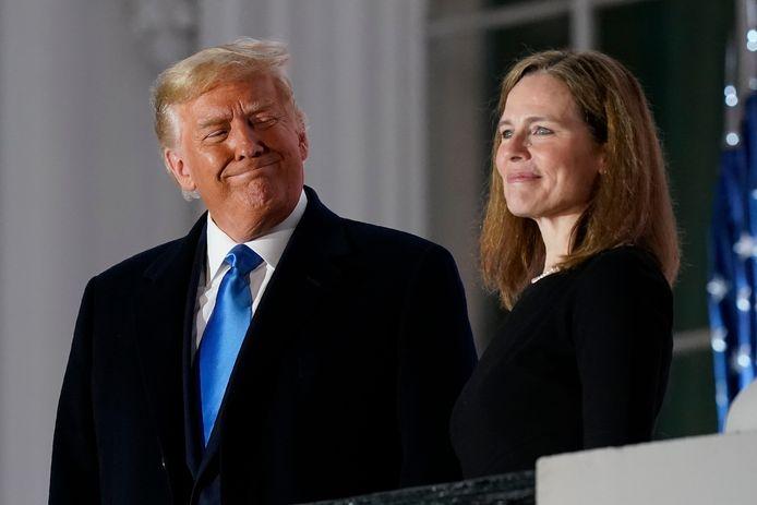 Archiefbeeld. Voormalig president Donald Trump en de toen nog kersverse opperrechter Amy Coney Barrett bij het Witte Huis in Washington. (26/10/2020)