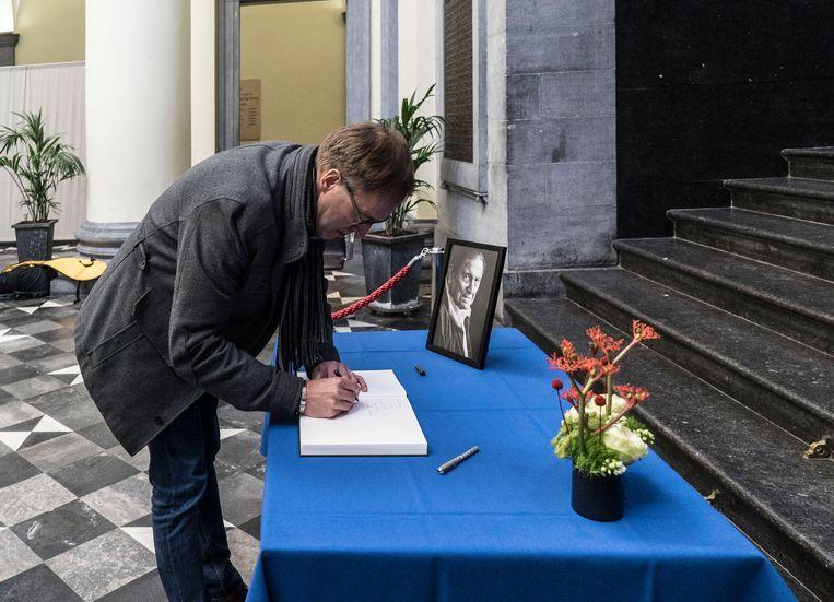 Rector Rik Van de Walle (UGent) ondertekent het rouwregister voor Etienne Vermeersch.