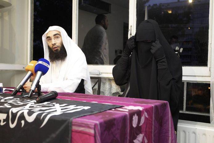 Fouad Belkacem van Shariah4Belgium met Stephanie Djato in 2012.